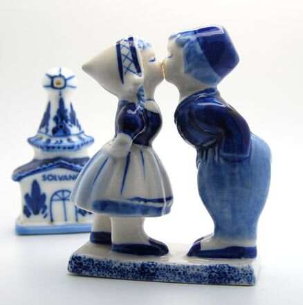 438px-Vintage_Hand_Painted_-_Kissing_-_Dutch_-_Girl_and_Boy_-_Salt_&_Pepper_Shak.jpg